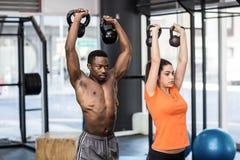 运动男人和妇女解决 库存图片