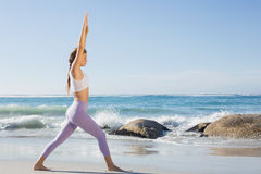 运动白肤金发舒展在海滩 免版税库存图片