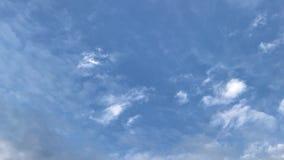 运动的云彩和天空蔚蓝与飞机 股票视频