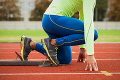 年轻运动的人是准备好的在跑马场 大好的现代体育场的适合的合格的人 免版税图库摄影