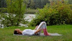 运动的做脊椎的适合美丽的妇女室外健身训练录影锻炼 股票视频