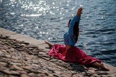 运动的做asana Virabhadrasana 2战士姿势姿势本质上的适合白种人妇女 图库摄影