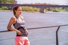运动的在跑前的妇女听的音乐 女运动员名单 库存图片