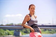运动的在跑前的妇女听的音乐 女运动员名单 免版税图库摄影