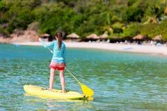 年轻运动的女孩在度假 图库摄影