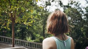 运动的女孩在有花的一个公园走 股票视频