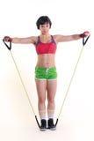 运动的妇女在两只手中的拿着一条锻炼带 图库摄影