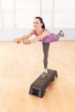 运动的妇女正面图在健身房中心 库存图片