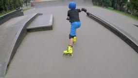 运动的孩子休闲男孩直排轮式溜冰鞋滑冰的舷梯 影视素材