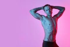 运动的性感的人画象有完善的强健的身体的,赤裸躯干 库存照片