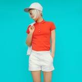运动的样式 流行的服装和辅助部件的女孩 免版税图库摄影