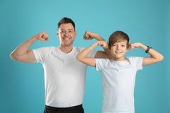 运动的爸爸和他的儿子画象  库存照片