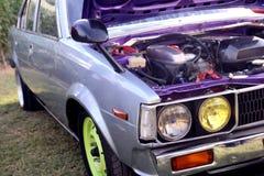 运动的蓝色发动机 葡萄酒汽车侧视图 赛车顶头光 免版税库存照片