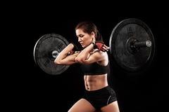 运动的行使与杠铃的anf适合的美丽的妇女crossfit训练 Crossfit锻炼刺激 图库摄影
