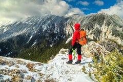 运动的远足者妇女在喀尔巴汗, Piatra Craiului山,特兰西瓦尼亚,罗马尼亚 免版税库存照片