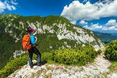 运动的远足者妇女在喀尔巴汗, Piatra Craiului山,特兰西瓦尼亚,罗马尼亚 库存图片