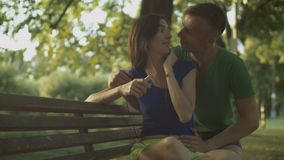 运动的适合夫妇会议在日落的公园 股票录像