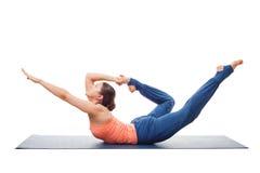 运动的适合妇女实践瑜伽asana Dhanurasana 免版税库存照片