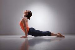 运动的适合yogini妇女实践瑜伽asana 库存图片