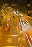 运动繁忙的交通在晚上,伦敦,英国 免版税库存图片