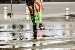 运动脚人赛跑者的压缩袜子 库存照片