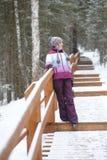 走在森林的女孩 免版税库存照片