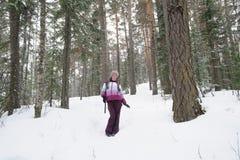走在森林的女孩 库存照片