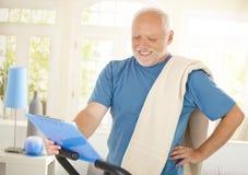 运动装的愉快的老人 免版税库存图片