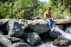 运动赤裸上身的年轻人室外在河或水小河 免版税库存图片