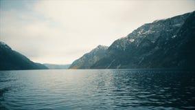 运动通过挪威海湾和山 股票录像