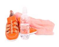 运动鞋、毛巾和一个瓶水   免版税库存照片