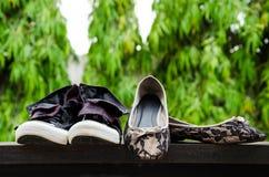 运动鞋和夫人鞋子投入了墙壁。 图库摄影