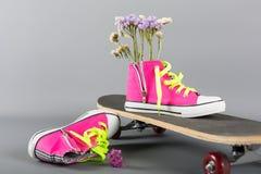 运动鞋和滑板 免版税库存照片