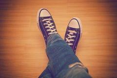运动鞋和蓝色牛仔裤,衣裳少年 库存图片