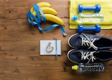 运动鞋哑铃秒表措施磁带毛巾瓶水 库存图片