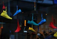 运动鞋在商店窗口里 免版税库存照片