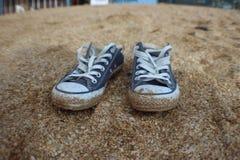 运动鞋在度假 库存图片