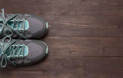运动鞋在木背景 免版税图库摄影
