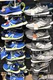 运动鞋在销售中的体育商店 免版税库存照片