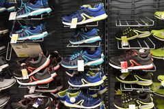 运动鞋在销售中的体育商店 库存照片