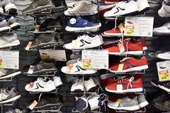 运动鞋在销售中的体育商店 免版税库存图片