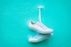运动鞋对墙壁 免版税库存照片