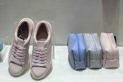 运动鞋鞋子和提包在显示 库存照片