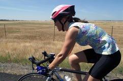 运动骑自行车者女性路 免版税库存照片