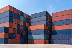 货运容器的五颜六色的堆样式 免版税库存照片