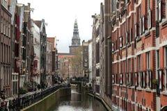 运河、水闸和自行车在阿姆斯特丹,荷兰 免版税库存照片