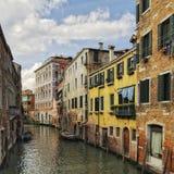 运河五颜六色的威尼斯 库存照片