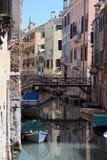运河五颜六色的街道威尼斯 免版税图库摄影
