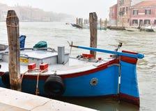 运河停放的蓝色小船 免版税库存照片