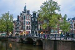 运河和传统房子在阿姆斯特丹 免版税库存照片